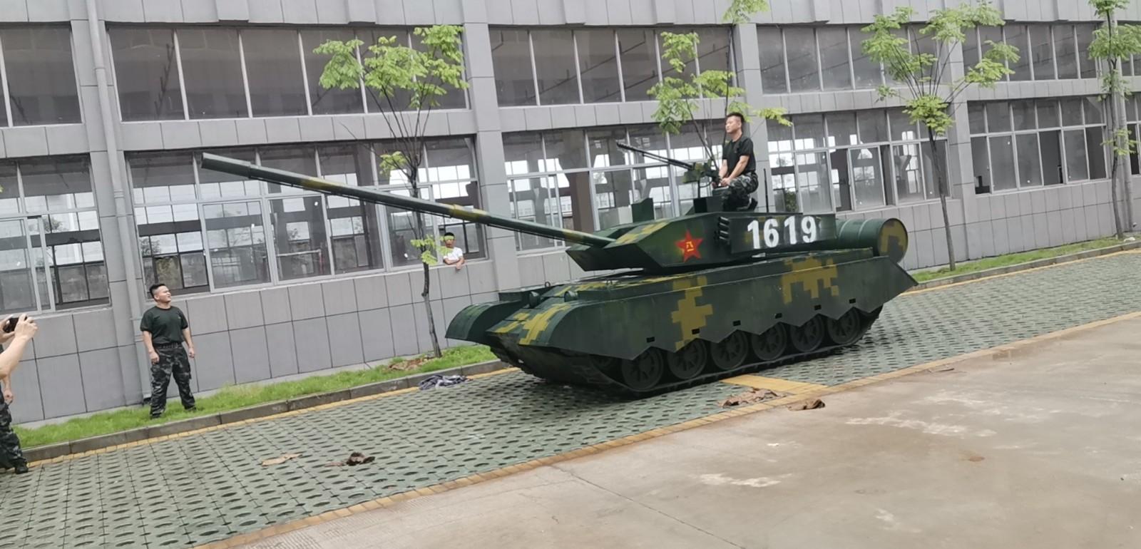 校园大门---坦克、大炮