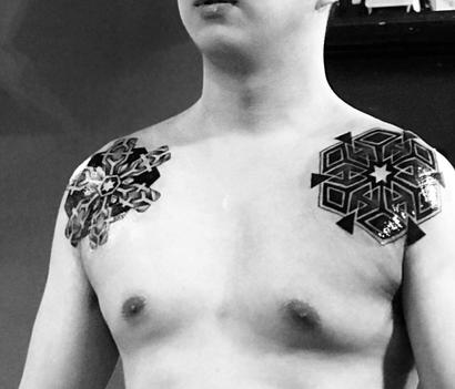 《厦门刺青店》个性胸花纹身