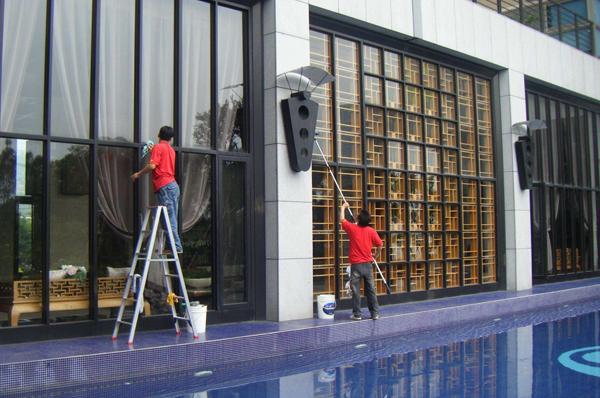广州高空玻璃墙的清洗保洁注意事项