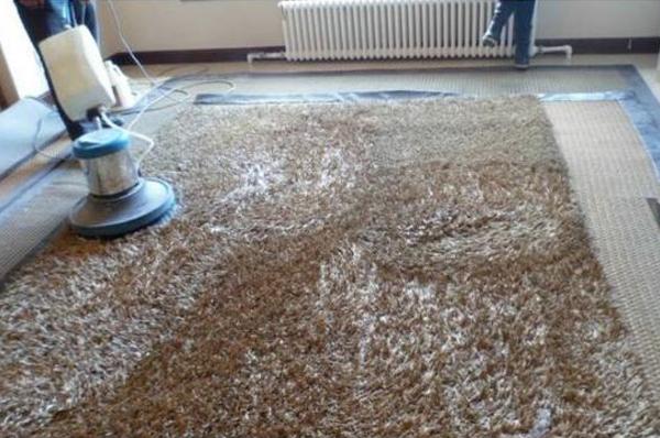 广州保洁公司如何清洗地毯上的油
